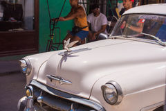 古巴,哈瓦那- 2017年5月5日:在城市街道上的美国白色减速火箭的汽车 特写镜头 库存图片
