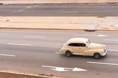 古巴,哈瓦那- 2017年5月5日:在城市街道上的美国米黄减速火箭的汽车 复制文本的空间 库存图片