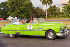 古巴,哈瓦那- 2017年5月5日:在城市街道上的美国绿色减速火箭的敞蓬车 复制文本的空间 库存照片