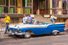 古巴,哈瓦那- 2017年5月5日:在城市街道上的美国蓝色减速火箭的敞蓬车 复制文本的空间 免版税图库摄影