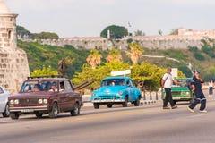 古巴,哈瓦那- 2017年5月5日:在城市街道上的美国蓝色减速火箭的汽车 复制文本的空间 免版税库存照片