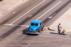 古巴,哈瓦那- 2017年5月5日:在城市街道上的美国蓝色减速火箭的汽车 复制文本的空间 免版税库存图片