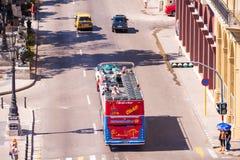 古巴,哈瓦那- 2017年5月5日:在城市街道的游览公共汽车 复制文本的空间 顶视图 图库摄影