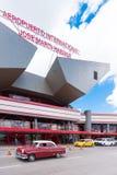 古巴,哈瓦那- 2017年5月5日:在机场大厦附近的汽车 复制文本的空间 垂直 库存图片