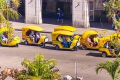 古巴,哈瓦那- 2017年5月5日:在街道上的地方出租汽车 复制文本的空间 库存图片