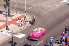 古巴,哈瓦那- 2017年5月5日:城市街道和美国减速火箭的敞蓬车的看法 顶视图 复制文本的空间 库存照片
