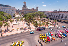 古巴,哈瓦那- 2017年5月5日:对哈瓦那大广场的看法  顶视图 复制文本的空间 库存图片