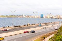古巴,哈瓦那- 2017年5月5日:沿Malecon江边的汽车驱动 复制文本的空间 库存图片