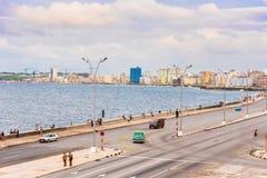 古巴,哈瓦那- 2017年5月5日:沿Malecon江边的汽车驱动 复制文本的空间 免版税库存照片