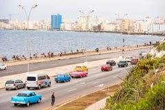 古巴,哈瓦那- 2017年5月5日:沿Malecon江边的汽车驱动 复制文本的空间 库存照片