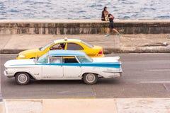 古巴,哈瓦那- 2017年5月5日:美国减速火箭的汽车沿Malecon江边乘坐 复制文本的空间 库存照片