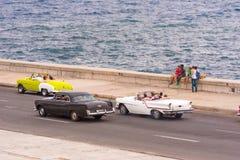 古巴,哈瓦那- 2017年5月5日:美国减速火箭的汽车沿Malecon江边驾驶 复制文本的空间 库存照片
