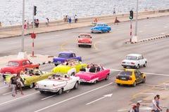 古巴,哈瓦那- 2017年5月5日:美国米黄减速火箭车沿沿海岸区Malokon乘坐 复制文本的空间 免版税库存图片