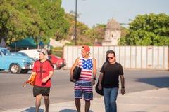 古巴,哈瓦那- 2017年5月5日:音乐家步行沿着向下街道 复制文本的空间 免版税库存图片