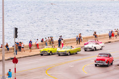 古巴,哈瓦那- 2017年5月5日:Cmerican减速火箭的汽车沿Malecon江边驾驶 复制文本的空间 免版税图库摄影