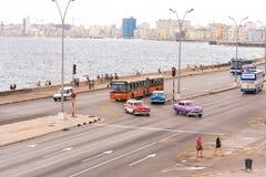 古巴,哈瓦那- 2017年5月5日:Cmerican减速火箭的汽车沿Malecon江边驾驶 复制文本的空间 库存图片