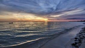 古巴 特立尼达 肘海滩 太阳超出天际范围 免版税库存照片