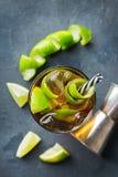 古巴libre酒精鸡尾酒饮料用兰姆酒,可乐,冰,石灰 免版税库存图片