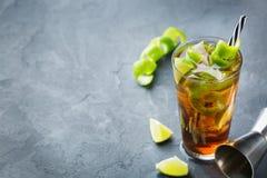 古巴libre酒精鸡尾酒饮料用兰姆酒,可乐,冰,石灰 库存图片
