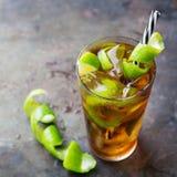 古巴libre酒精鸡尾酒饮料用兰姆酒,可乐,冰,石灰 图库摄影