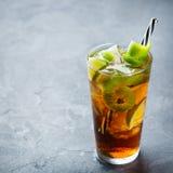 古巴libre酒精鸡尾酒饮料用兰姆酒,可乐,冰,石灰 免版税库存照片