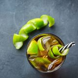 古巴libre酒精鸡尾酒饮料用兰姆酒,可乐,冰,石灰 库存照片