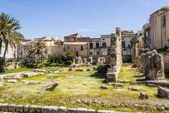 古希腊多立克体阿波罗教堂的废墟在Siracusa 免版税库存照片