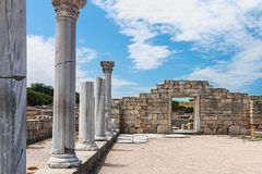 古希腊大教堂和大理石柱在Chersonesus Taurica 库存图片
