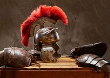 古希腊战士谎言的完全作战设备在一箱的木板 免版税库存照片