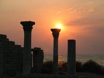 古希腊殖民地的寺庙的专栏日落的在Hersonissos 免版税库存照片