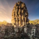 古庙与石头的Bayon吴哥日出视图面对暹粒,柬埔寨 库存照片