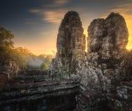 古庙与石头的Bayon吴哥日出视图面对暹粒,柬埔寨 库存图片