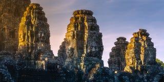 古庙与石头的Bayon吴哥日出视图面对暹粒,柬埔寨 免版税库存图片