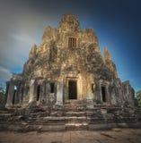 古庙与石头的Bayon吴哥日出视图面对暹粒,柬埔寨 图库摄影