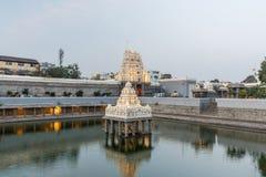 古庙塔和kamakshi阿曼寺庙水池视图照亮与光 在日落期间的低灯摄影 图库摄影