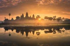 古庙复杂吴哥窟暹粒,柬埔寨日出视图  免版税图库摄影