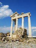古庙废墟致力了在边,土耳其的阿波罗 免版税库存图片