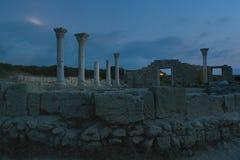 古庙的专栏和废墟在Chersonese :夜摄影,在从月亮的天空白色强光,在背景中 库存图片