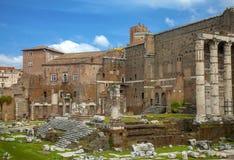 古庙的台阶和门廓 免版税库存照片
