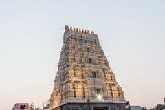 古庙kamakshi阿曼寺庙塔视图照亮与光 在日落期间的低灯摄影 库存照片