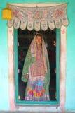 古杰雷特,印度- 2013年12月20日:入口的部族妇女她的房子(Bhunga)在普杰附近的一个地方村庄 图库摄影