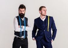 古板反对现代概念 有胡子的人在背心 库存照片