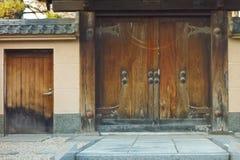 古板的减速火箭的寺庙门 库存图片