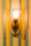 古板的减速火箭的木葡萄酒灯电墙壁的细节 免版税库存照片
