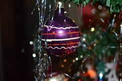 古板的圆的玻璃圣诞树装饰品 免版税图库摄影