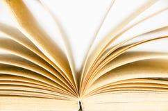 古板的开放书被点燃的葡萄酒背景 免版税库存图片