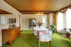 古板的房子内部 用餐玻璃空间圆桌的接近的刀叉餐具 库存照片