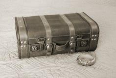 古板的手提箱和花卉手镯镯子在乌贼属定调子, 图库摄影