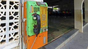 古板的投入硬币后自动操作的公共电话在泰国 免版税库存照片