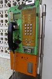 古板的投入硬币后自动操作的公共电话 库存图片